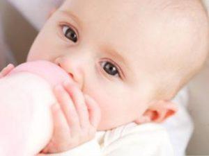 Alimentazione neonati: quando e quanto devono mangiare
