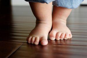piedi bambino 300x199 - Primi passi: come aiutare i bambini a camminare