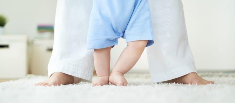 Primi passi: come aiutare i bambini a camminare