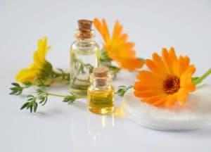 essential oils 2738555 1280 300x216 - Rimedi naturali per dolori da allattamento