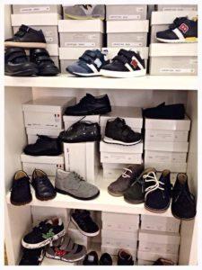piedi e scarpe per i bambini
