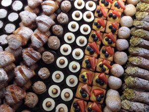 pasticcini 300x225 - Torta di compleanno perfetta con la pasticceria Bottega Ioli
