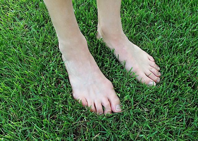 Camminare a piedi nudi sulla Terra grounding 1 - Camminare a piedi nudi sulla Terra: un contatto che ricarica di energie