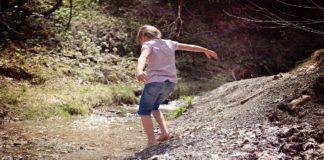 Camminare A Piedi Nudi Sulla Terra Grounding