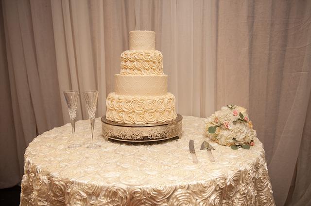 wedding reception 2054002 640 - Come realizzare un matrimonio.. col budget limitato